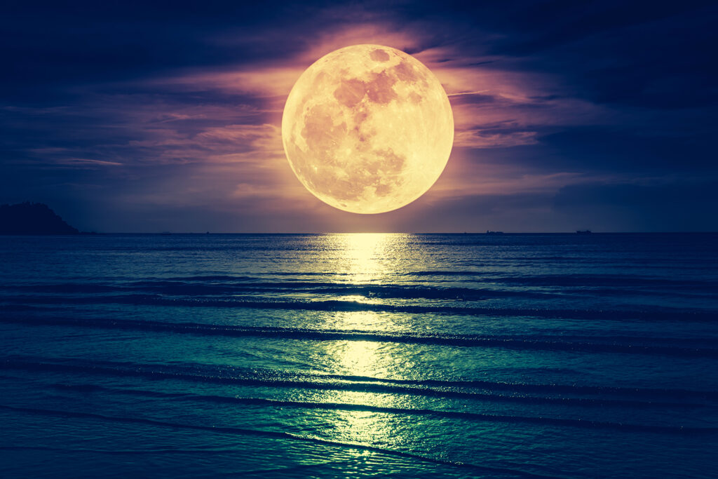 Super,Moon.,Colorful,Sky,With,Cloud,And,Bright,Full,Moon